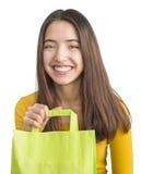 Mujer joven atractiva que sostiene el bolso de compras verde Fotos de archivo libres de regalías