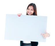 Mujer joven atractiva que sostiene el letrero en blanco Imágenes de archivo libres de regalías