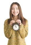 Mujer joven atractiva que sostiene el reloj de alarma Imágenes de archivo libres de regalías