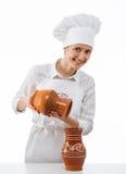 Mujer joven atractiva que sostiene los jarros de la arcilla Fotografía de archivo