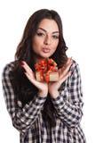 Mujer joven atractiva que sostiene un regalo envuelto Fotografía de archivo libre de regalías