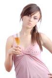 Mujer joven atractiva que sostiene un vidrio de vino blanco Imágenes de archivo libres de regalías