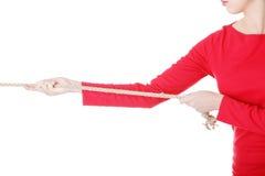 Mujer joven atractiva que tira de una cuerda. Imagen de archivo libre de regalías