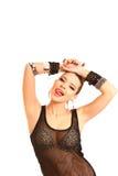 Mujer joven atractiva que toca su cabeza con las manos y que muestra la lengua Fotografía de archivo