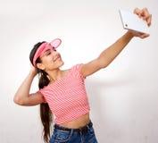 Mujer joven atractiva que toma el selfie con el teléfono celular Foto de archivo