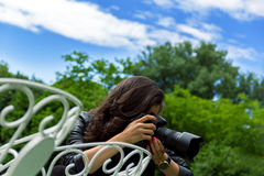 Mujer joven atractiva que toma imágenes Fotografía de archivo libre de regalías