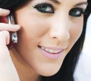 Mujer joven atractiva que usa el teléfono celular Fotos de archivo