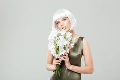 Mujer joven atractiva sensual con el ramo de flores Imagenes de archivo