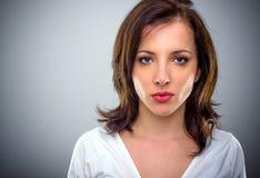 Mujer joven atractiva seria que pone mala cara sus labios Fotografía de archivo