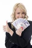 Mujer joven atractiva sonriente que sostiene el dinero con el pulgar para arriba Fotos de archivo