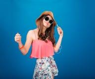 Mujer joven attrative sonriente que escucha la música del teléfono celular Imágenes de archivo libres de regalías