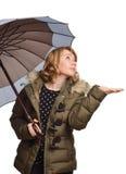 Mujer joven bajo el paraguas fotos de archivo
