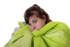 Mujer joven bajo la manta que se sienta en una silla Imágenes de archivo libres de regalías