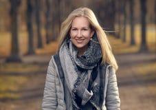 Mujer joven bastante de moda en la moda caliente del invierno Fotografía de archivo libre de regalías
