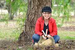 Mujer joven bastante feliz que ríe al aire libre bajo árbol Foto de archivo libre de regalías