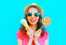 Mujer joven bastante sonriente con helado y la piruleta Foto de archivo libre de regalías