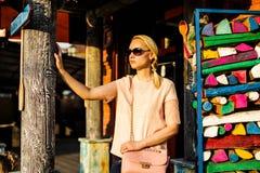 Mujer joven bonita en las gafas de sol en la calle foto de archivo