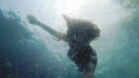 Mujer joven bonita que se zambulle bajo el agua con la Ir-favorable cámara en piscina Cámara lenta 1920x1080 almacen de video