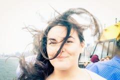Mujer joven a bordo un transbordador de Nueva York Foto de archivo libre de regalías