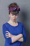 Mujer joven cabreada con enfurruñarse de moda del peinado, pareciendo furioso Imagen de archivo