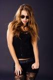 Mujer joven caliente con las gafas de sol Foto de archivo libre de regalías