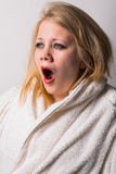 Mujer joven cansada de la mañana desaliñada que bosteza Imágenes de archivo libres de regalías