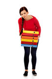 Mujer joven cansada que lleva a cabo carpetas pesadas Fotos de archivo