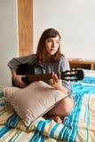 Mujer joven cantante imagenes de archivo