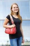 Mujer joven casual con el bolso Fotos de archivo libres de regalías