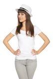 Mujer joven casual elegante que presenta con un sombrero Fotos de archivo