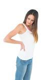 Mujer joven casual que sufre de dolor de espalda Imagen de archivo libre de regalías
