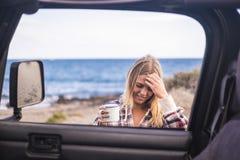 Mujer joven caucásica agradable fuera del coche cerca de la playa en el VAC Fotografía de archivo