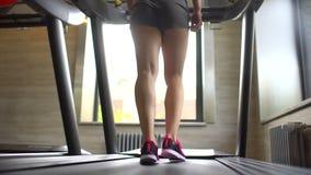 Mujer joven caucásica atractiva atlética que hace ejercicio cardiio en gimnasio Muchacha de la aptitud, ejercitando en el gimnasi almacen de metraje de vídeo