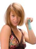 Mujer joven caucásica con el preservativo Imágenes de archivo libres de regalías