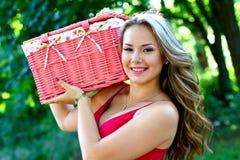 Mujer joven caucásica con la cesta rosada de la vendimia Imagen de archivo