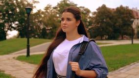 Mujer joven caucásica con la mochila en ciudad almacen de metraje de vídeo