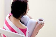 Mujer joven caucásica con la taza de té Fotos de archivo libres de regalías