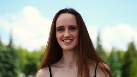 Mujer joven caucásica que sonríe y que ríe almacen de metraje de vídeo