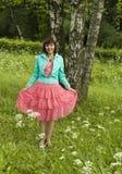 Mujer joven cerca de árboles de abedul en parque Imagen de archivo libre de regalías