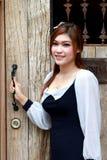 Mujer joven cerca de la puerta de madera vieja Fotos de archivo