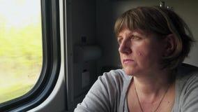 Mujer joven cerca de la ventana de un tren m?vil