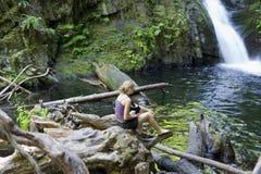 Mujer joven cerca de las caídas de Goldstream Foto de archivo