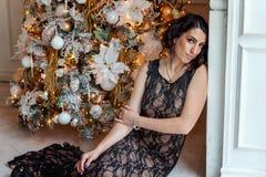 Mujer joven cerca de un árbol de navidad Fotografía de archivo
