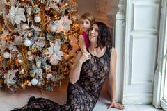 Mujer joven cerca de un árbol de navidad Foto de archivo