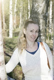 Mujer joven cerca de un abedul en parque en la primavera temprana Fotos de archivo