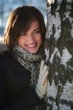 Mujer joven cerca del árbol de abedul Fotos de archivo libres de regalías