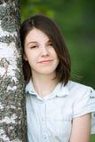 Mujer joven cerca del árbol de abedul Foto de archivo