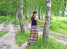 Mujer joven cerca del árbol de abedul Fotografía de archivo