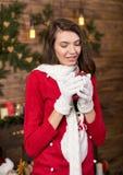 Mujer joven cerca del árbol de navidad y de los regalos el víspera del ` s del Año Nuevo Imágenes de archivo libres de regalías