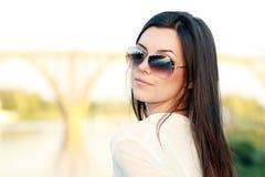 Mujer joven cerca del río Fotografía de archivo libre de regalías